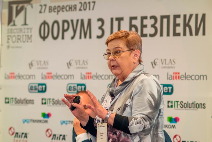 Ирина Ивченко, вице-президент по вопросам информационной безопасности ISACA (киевское отделение) выступает с докладом «Информационная и кибербезопасность – что важнее для отражения кибератак»